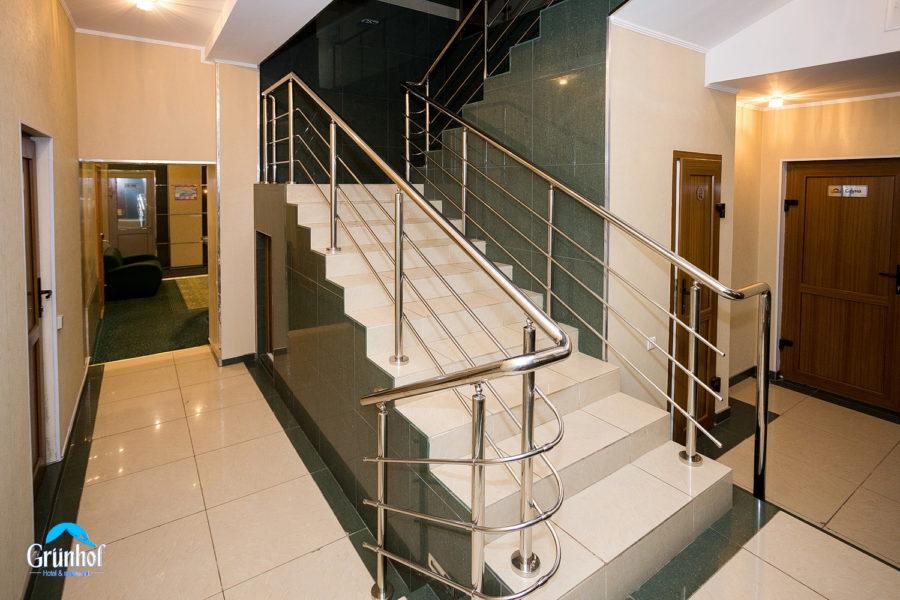 холл 9